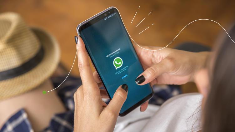 emakumea-WhatsApp mugikor aplikazioa erabiltzen